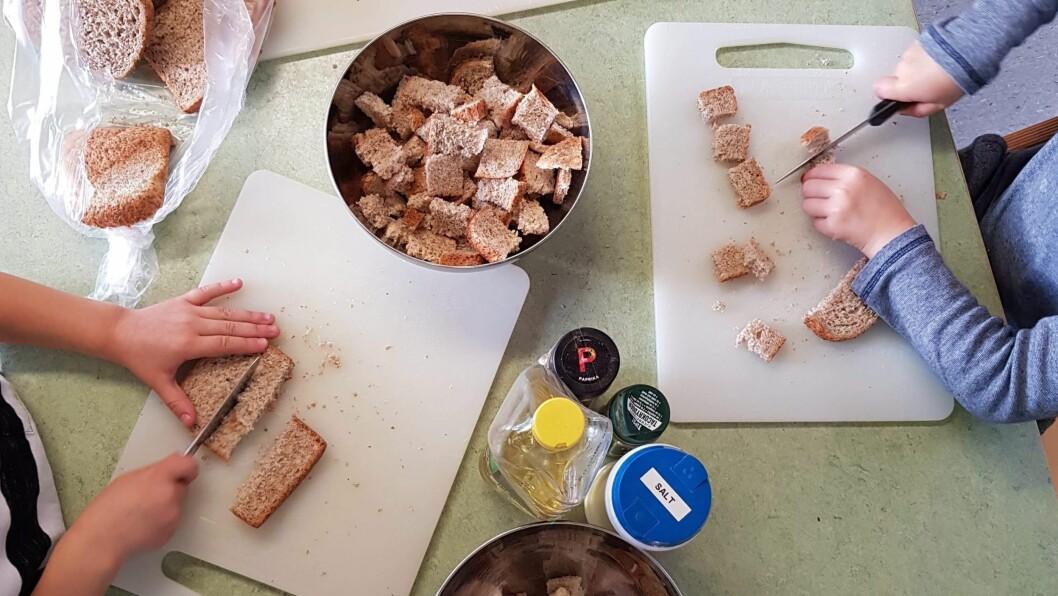 – Istedenfor å fortsette å kaste gammelt brød bestemte vi oss for å lage krutonger av brødet.  Vi tilfører ulike smaker og krutongene blir kjempegode, sier daglig leder Irene Sellevåg.
