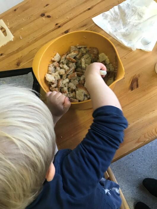 Barna er med på å lage krutongene.