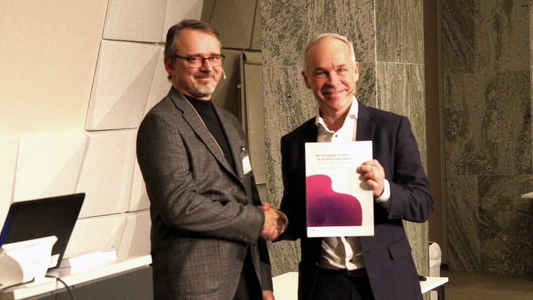 Leder for ekspertutvalget Kjetil Børhaug overleverte i dag rapporten om barnehagelærerens rolle til kunnskapsminister Jan Tore Sanner.