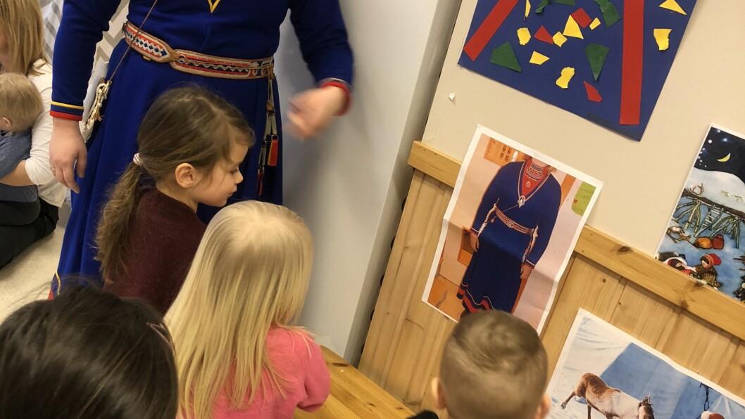 I Krinkelkroken barnehage feirer de samenes nasjonaldag hvert år. I år som i fjor hadde de besøk av Marthe Marie Kvitfjell som fortalte litt om samisk kultur og tradisjon.