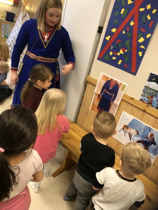 I Krinkelkroken barnehage feirer de samenes nasjonaldag hvert år. Her forteller Marthe Marie Kvitfjell barna om samisk kultur og tradisjon.