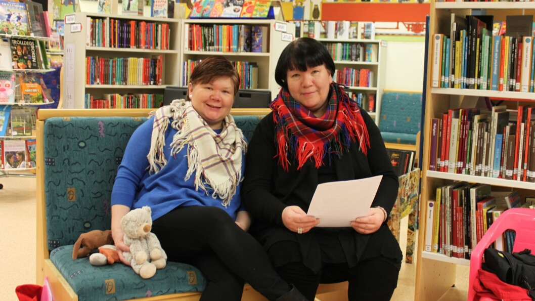 Kari Anne Thomassen (venstre) og Lis Mari Hjortfors, som er opptatt av å løfte frem den samiske fortellertradisjonen. Sammen reiser de rundt i Norge og Sverige og deler sine fortellinger med barn og unge. – Det vi har til felles er vår samiske bakgrunn og kjærligheten til det samiske språket – vájmmogiella/hjertespråket, forteller de.