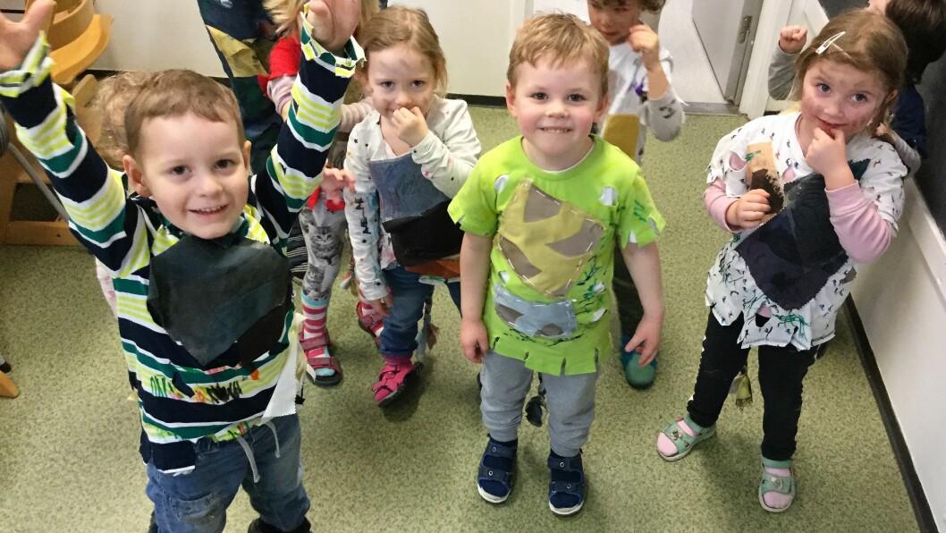 Barna i Mobarn Øverland barnehage er klare for karneval i selvlagde kostymer.