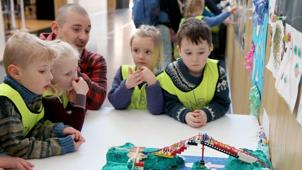 Store og små i Skivik barnehage undrer seg over stort og smått... Noe av det viste de fram under markeringen av barnehagedagen i Stormen bibliotek.