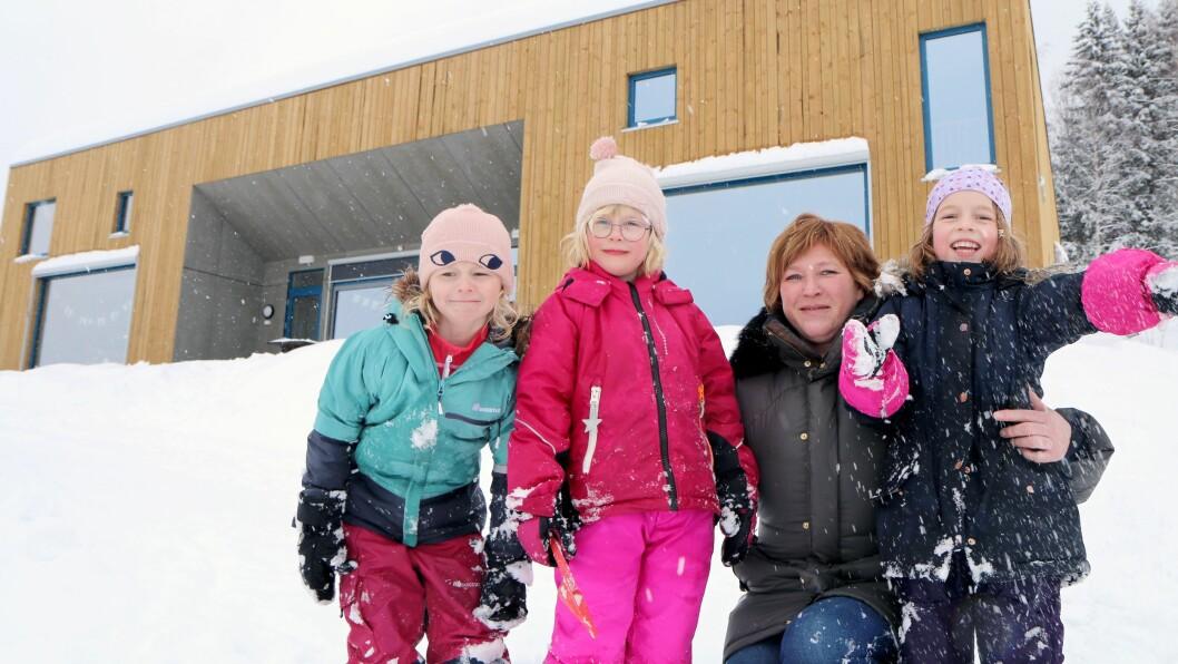 Styrer Britt Helen Aavik ønsker velkommen til en ganske spesiell barnehage, sammen med fra venstre Hedvig, Tuva og Johanne. - Det nye bygget er blitt en ekstra pedagog, sier hun.