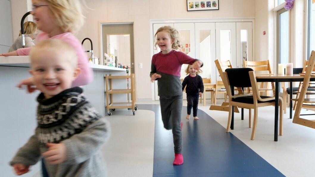 Løpebanen inne i barnehagen er 60 meter lang. - På det blå er det lov til å løpe. Men bare der. På det hvite må man gå, forklarer Henrik, Tuva, Hedvig og Jennie.