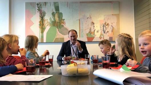 Seks barn fra Stokka barnehage fikk møte rådmannen i Stavanger og fortelle ham om hverdagen i barnehagen.
