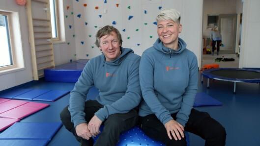 Eli Kaspersen og Jan Ove Kappelslåen fra Aktiv Oppvekst AS inne i gymsalen.