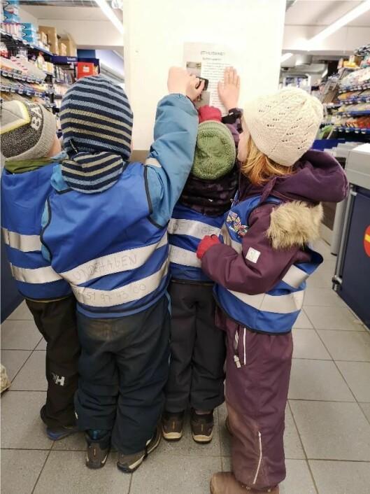 Barna har hengt opp etterlysningslapper flere steder i nærområdet, blant annet i matvarebutikkene.