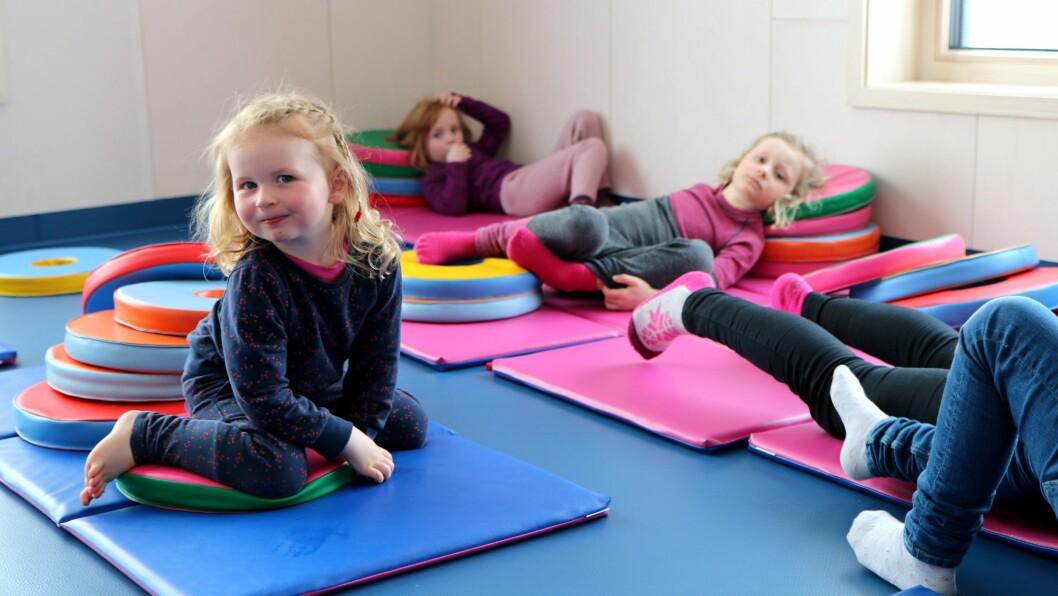 Gymsalen kan brukes til flere ting. Akkurat nå slapper Jennie, Hedvig og Sina av mens de lytter til Pulverheksa.