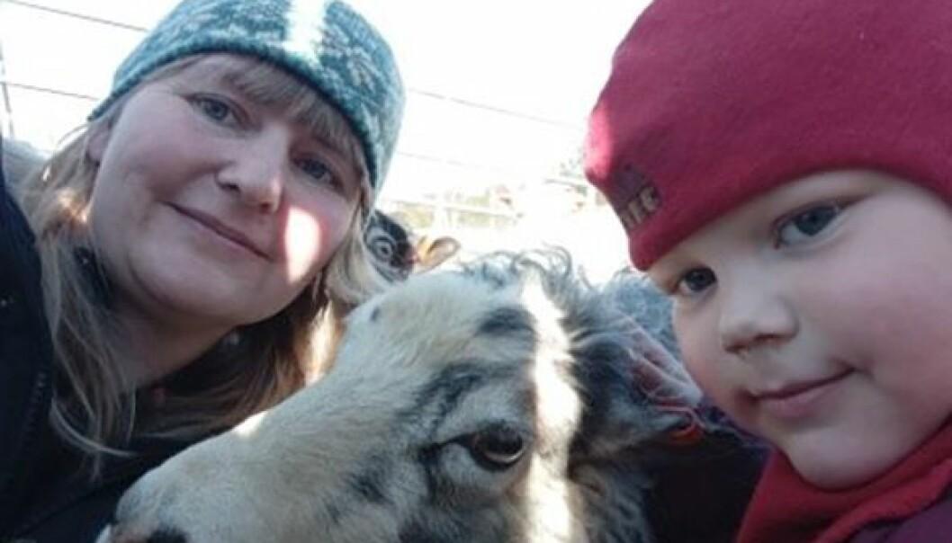 Linda Skeide i Fjellsøya barnehage i Brønnøy har klaget på kommunens kutt i tilskuddet. Nå ber statsforvalteren kommunen vurdere å utsette reduksjonen.