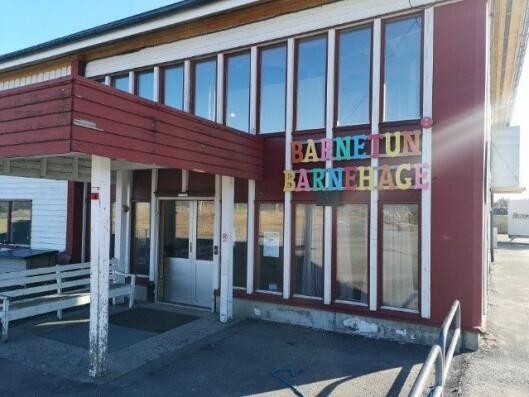 Barnetun barnehage ligger i idrettshallen i Brønnøysund, men må snart flytte.