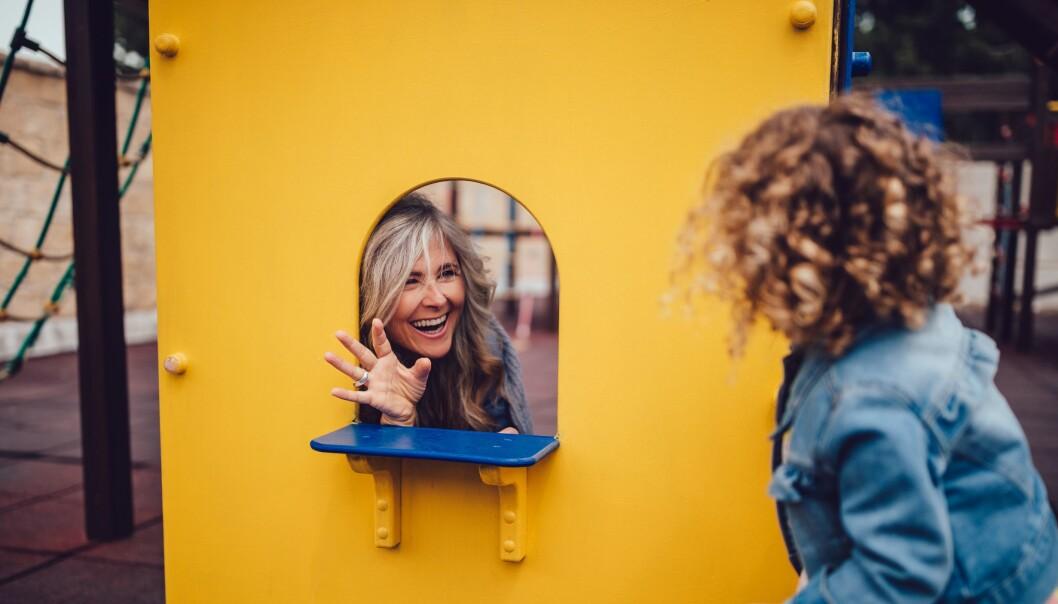 «Når barna tar initiativ til å invitere voksne med i leken, viser de sin tillit til oss. Voksnes deltakelse i lek er også med på å utjevne maktstrukturene i forholdet mellom barnet og den voksne. Det er ikke lenger den voksne som sitter på definisjonsmakten for hva som er rett og galt,» skriver Julia Kurylowicz.