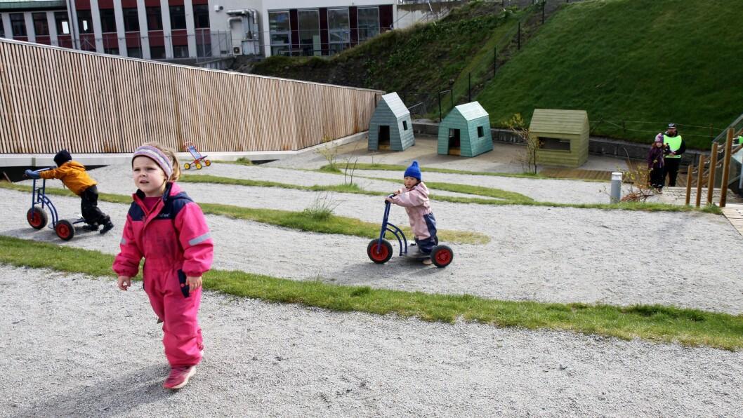 Barna kan enten velge mellom den slake sikksakkveien opp til barnehagens uteområde eller å ta trappene.