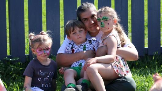 Musikeren Salvador Sanchez sammen med barna Victor og Clara på fanget, og Lea til venstre.