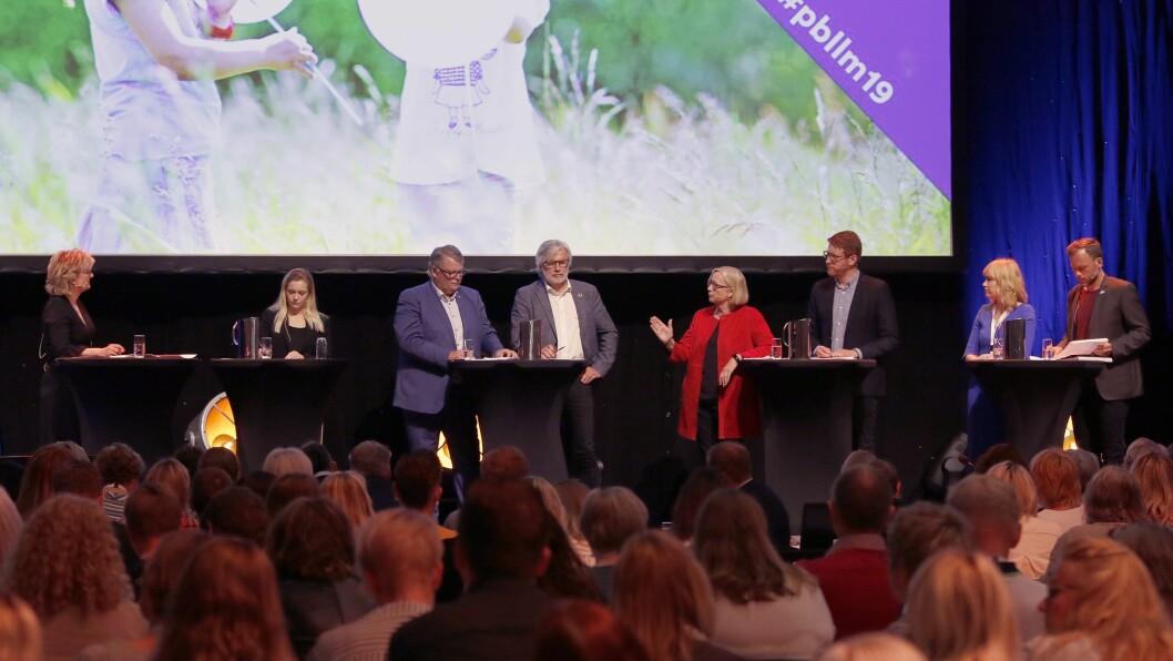 PBLs landsmøte startet med en politisk debatt som ble ledet av Trude Teige (tv). Mathilde Tybring-Gjedde, Hans Fredrik Grøvan, Jon Gunnes, Marit Arnstad, Martin Henriksen, Anne Lindboe og Audun Lysbakken diskuterte finansiering av barnehagen.