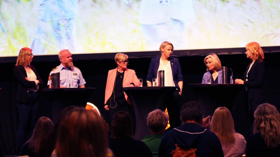Helene Flood Aakvaag (Nasjonalt kunnskapssenter for vold og traumatisk stress), Kristian Tangen (Kripos) , Kristin Ørmen Johnsen (H), Maria Karine Aasen-Svensrud (Ap),  Ada Sofie Austegård (Stine Sofies Stiftelse) og Anne Lindboe (PBL)  diskuterte Barnas verneombud.
