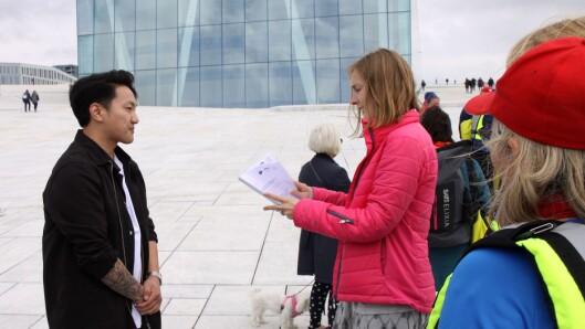 Leder Frank Aleksander Bræin for Pedagogstudentene overrekker rapporten til statsråd Iselin Nybø (V).