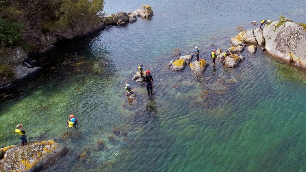 Denne uka tok Langøy friluftsbarnehage med seg barna på coasteering.