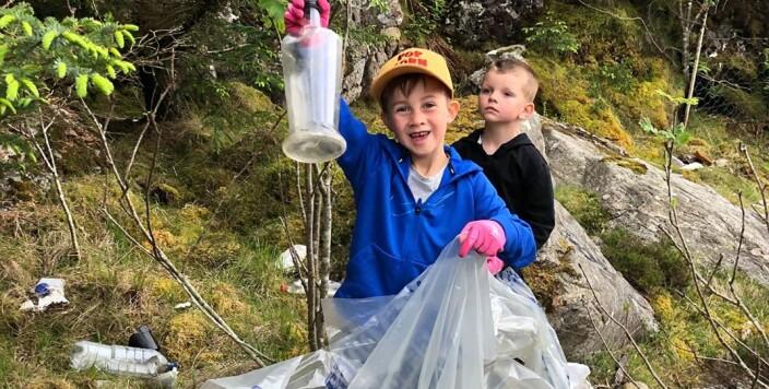 Barna i Langøy friluftsbarnehage er ivrige strandryddere.