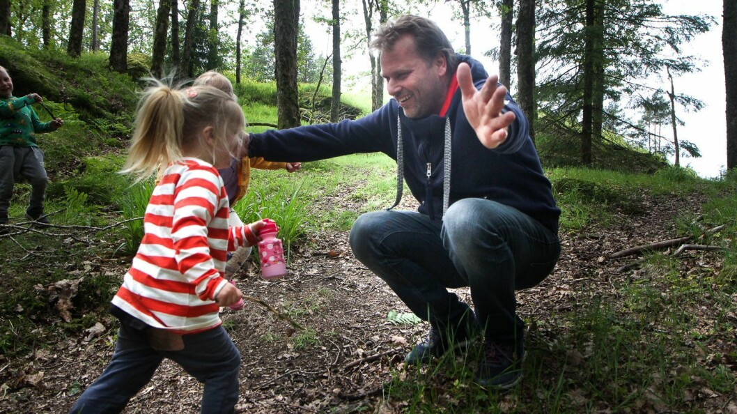 Når Nils-Frode kommer til område hvor barna befinner seg kommer Ayleén Elvira Høvik løpende.
