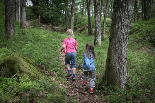 I Skoie Gårdsbarnehage har barna et enormt område å boltre seg på. Her er Mriam Ødegård og Victoria Angelica Ramsdal på vei for å finne et egnet klatretre.