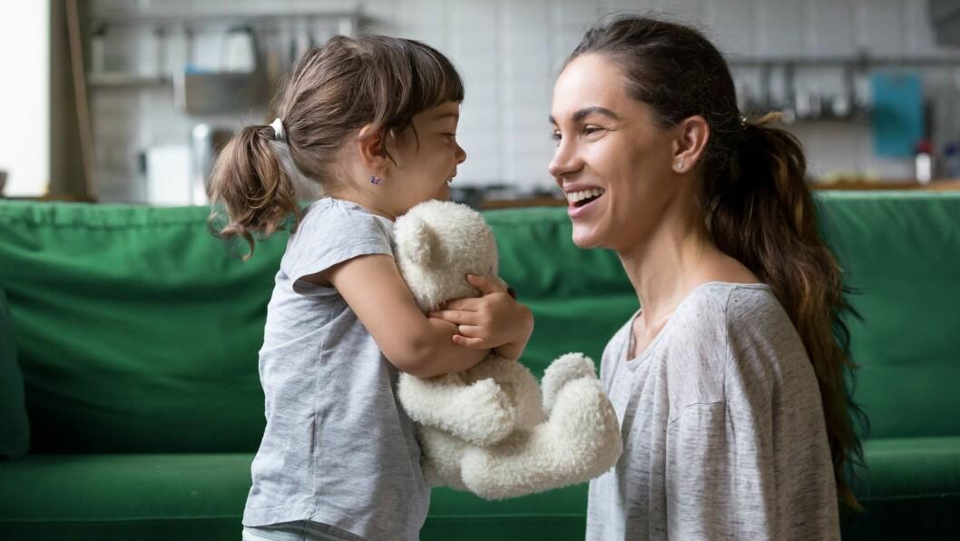 «Det er nok lettere å få barna dine til å fortelle om sin hverdag hvis du deler fra din først. Hvis du samtidig spør barnehagepersonalet om hva barnet har gjort, har du mange knagger å henge spørsmålene på,» skriver Trine Hofseth.