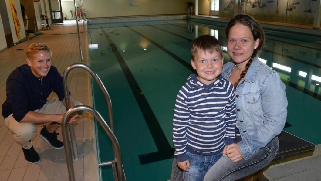 Ivo Krogeide går i Sønsterud barnehage, og er en av femåringene som får svømmeundervisning fra høsten av. – Han er egentlig litt skeptisk til vann. I alle fall når ikke mamma er i nærheten. Men jeg tror han ser fram til dette, sier mamma Jeanett Krogeide. Til venstre varaordfører Kristian Botten Pedersen.