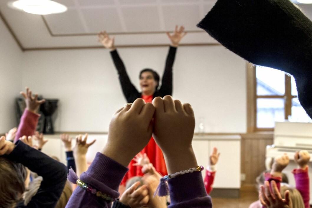 – Sang i fellesskap styrker opplevelsen av å være del av barnehagens fellesskap, og vil for de utsatte barna være spesielt viktig, sier Sonia Loinsworth i Barnas Musikkteater. Dette bildet er fra en av hennes tidligere forestillinger.