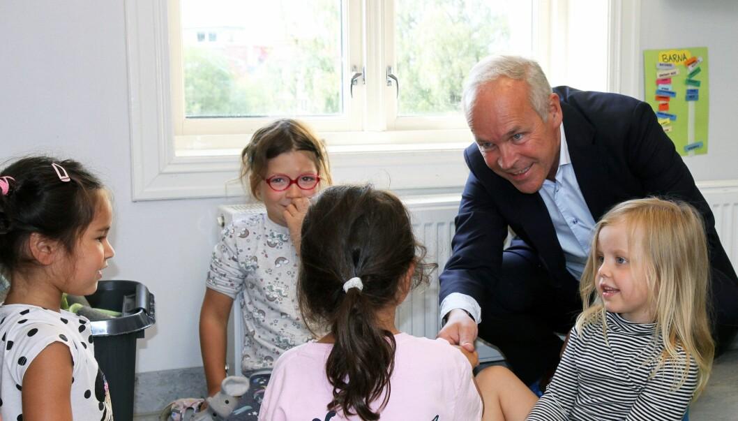 Mandag var kunnskaps- og integreringsminister Jan Tore Sanner (H) på besøk i Internasjonal kulturbarnehage i Oslo for å legge frem regjeringens forslag til en mobbelov for barnehager.