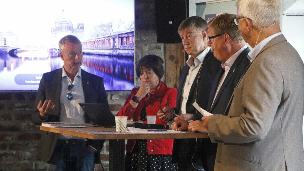 Ordførerne Terje Søviknes, Marianne Sandahl Bjorøy, Odd Harald Hovland og Harald Furre stilte til debatt med Erling Barlindhaug i KS.