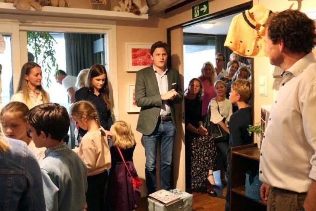 Foreldrerepresentant Kim Aasland holder tale til barnehagen på vegne av foreldrene under jubileumsfeiringen.