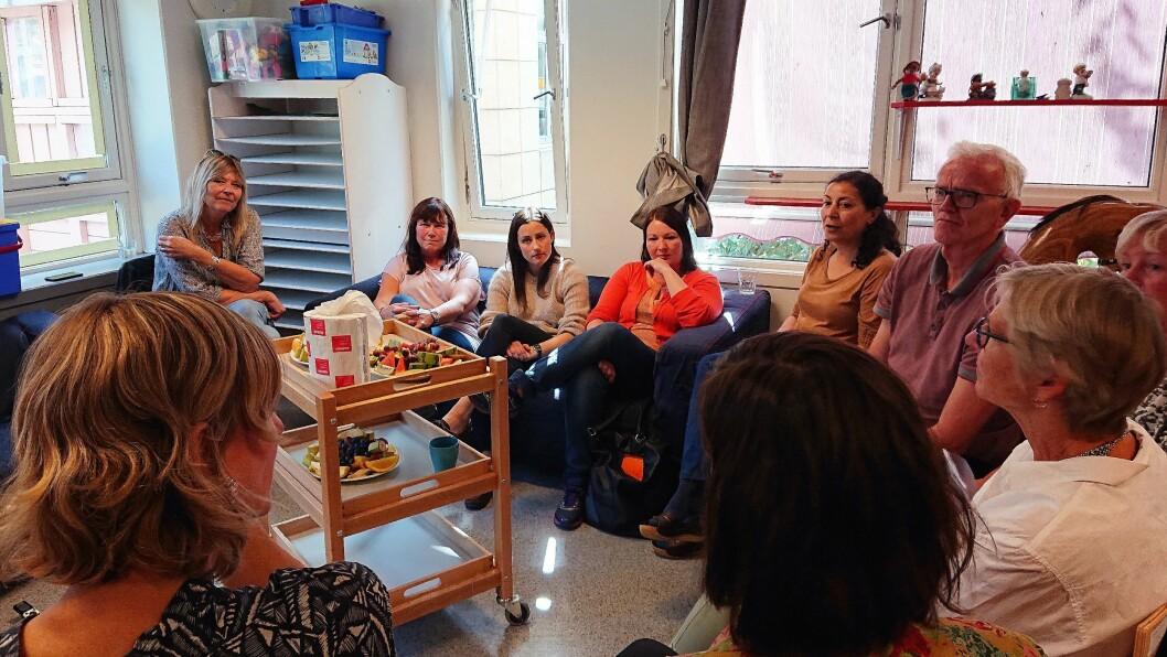 Byråd for oppvekst og kunnskap i Oslo, Inga Marte Thorkildsen (SV), får høre om hvordan ansatte i Grønland Torg barnehage har opplevd samarbeidet med bydelens Oslohjelpa-team.