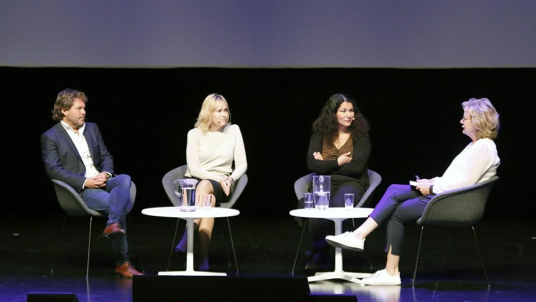 Det var ikke bare Angelica Kjos som delte sin historie under lederkonferansen. Komiker Rune Andersen startet dagen med å vise forestillingen Lykkeliten. Etterpå deltok begge i en panelsamtale med Trude Teige (til høyre) og PBL-direktør Anne Lindboe.