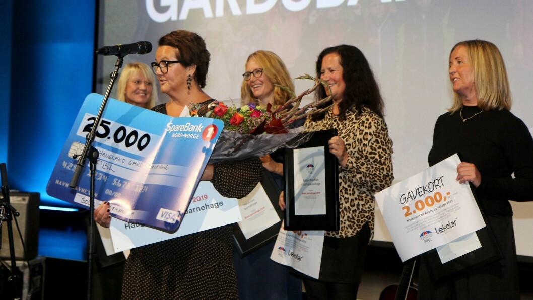 Kathrine Haugland fra Haugland gardsbarnehage flankert av de andre finalistene til Årets barnehage under kåringen i fjor. Nå starter jakten på Årets barnehage 2020.
