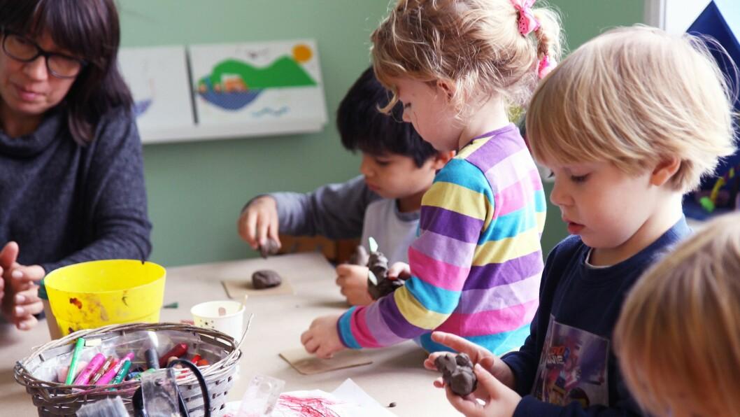 Barn fra Epleskogen barnehage er på besøk på Sjøholmen barnekunstsenter. Her lager de figurer i leire.