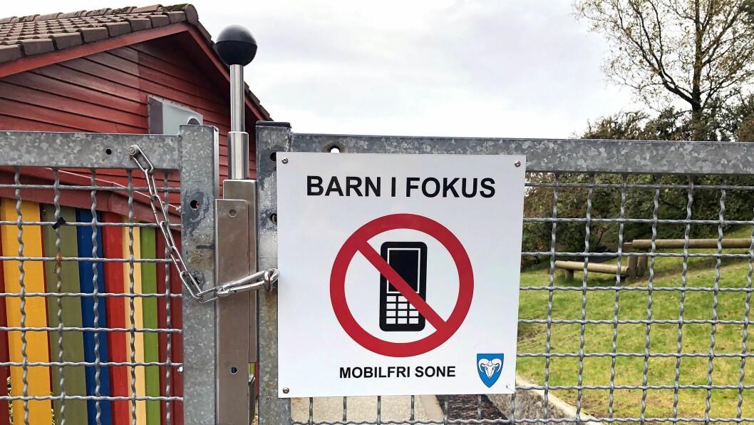 Dette skiltet møter foreldrene når de henter og leverer i Solås barnehage i Gjesdal. I likhet med de andre barnehagene i kommunen er barnehagen mobilfri sone.