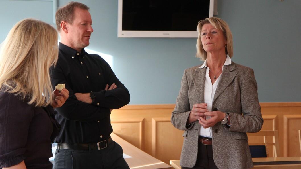 Bjørn-Kato Winther er økonomi- og statistikkanalytiker i PBL. Her i samtale med Mette Bakken som er daglig leder i Samvirkebarnehagene SA som er en av dem som har gått til sak mot Fredrikstad kommune.