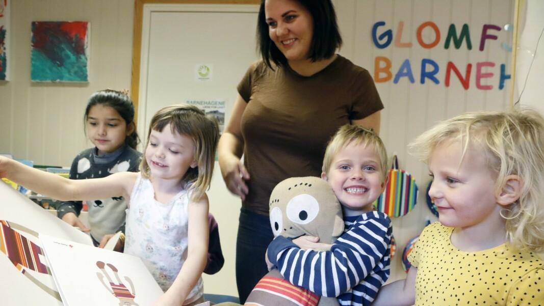 Barna i Glomfjord barnehage er godt kjent med Henry. Pedagogisk leder Charlotte Leonhardsen hadde også full kontroll på nødnumrene etter tre år med førstehjelpsdukken. Bildet er tatt i forbindelse med en reportasje publisert i november 2019.