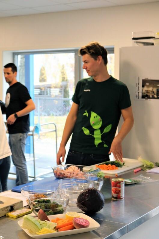 Tommy André Tovseth fra Espira Tristilbakken i aksjon på kjøkkenet.