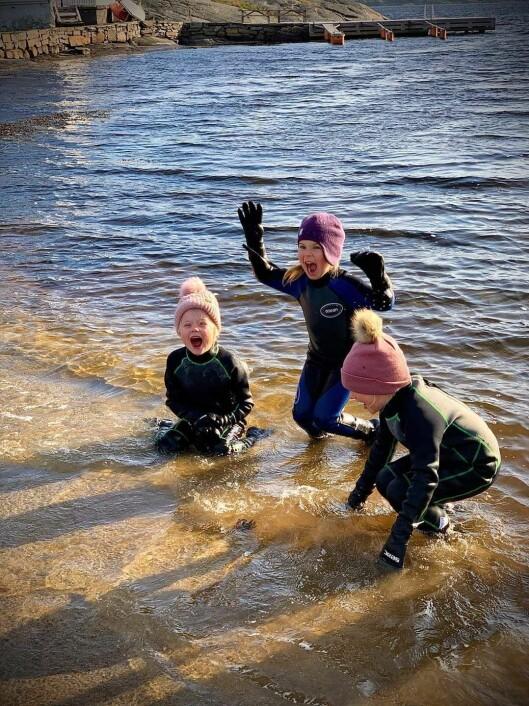 Vannet i havet oppfører seg annerledes enn i bassenget. Men er minst like morsomt å leke i.