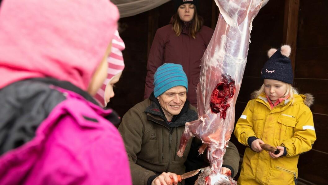 Jeger og leder av viltnemnda i Sørum, Ole Jonny Delerud, stilte opp da Norlandia Sørumsand barnehage tok for seg tema jakt. Sofie Bratteng Johannesen følger spent med.