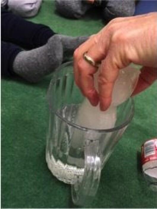Hva skjer når is puttes i varmt vann?