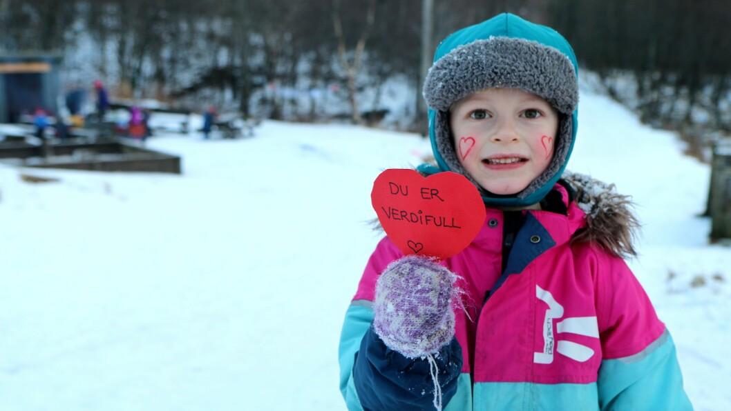 Johan og resten av barna i Læringsverkstedet Maskinisten friluftsbarnehage i Bodø gledet turgåerne i marka med hjerter og hjemmelagde pannekaker.