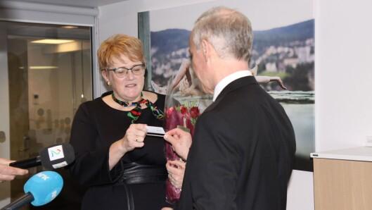 Trine Skei Grande mottar nøkkelkortet til kunnskapsministerens kontor.