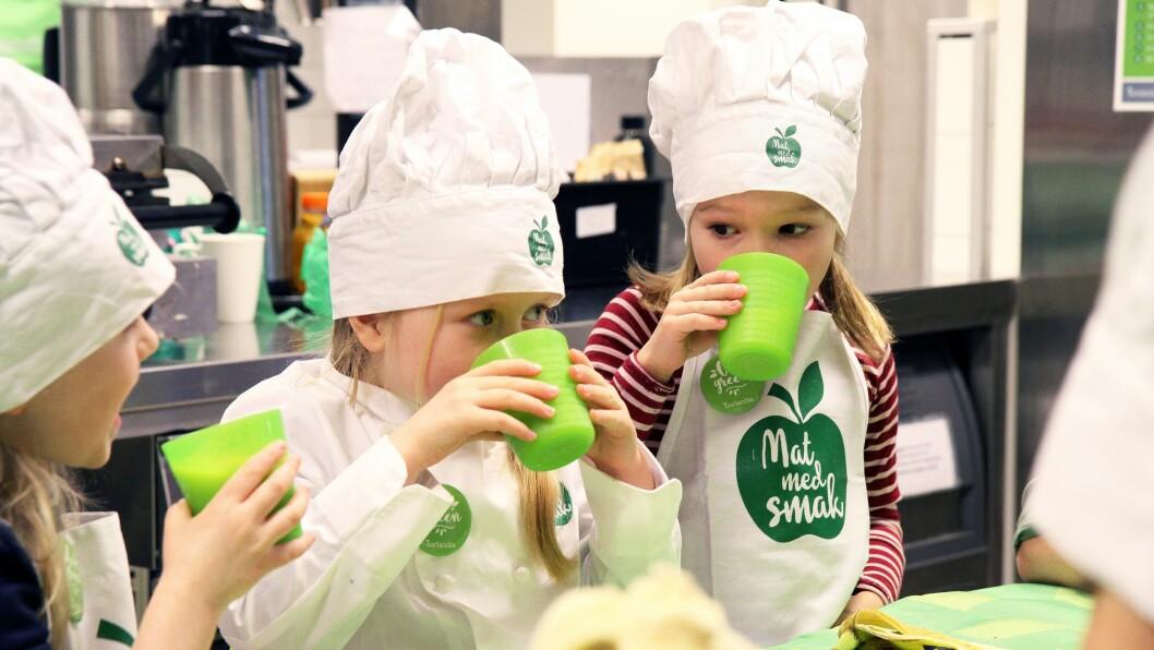 Barna får smake på smoothien som er laget av brune bananer og godt modnet mango.