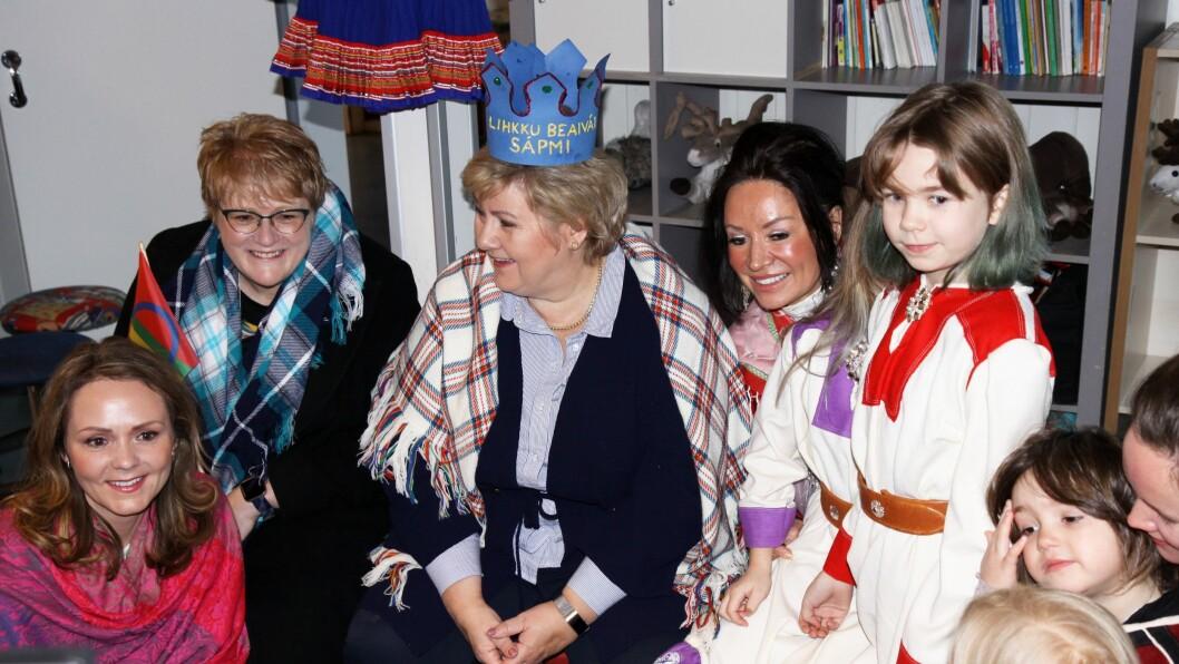 Erna Solberg fikk en krone av barnehagebarna som det sto «lihkku beivviin Sápmi» (gratulerer med dagen Sápmi) på.