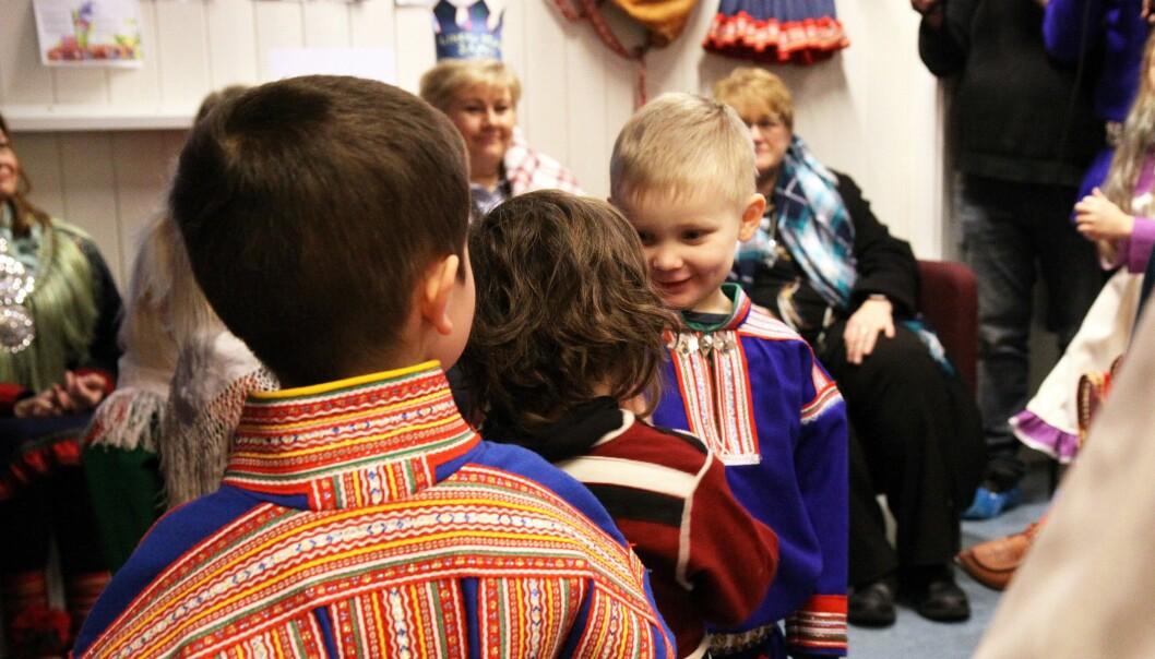 Gjestene ble møtt av mange koftekledde barn.