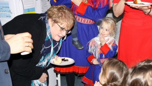 Kunnskaps- og integreringsminister Trine Skei Grande i samtale med barn fra Samisk barnehage i Oslo.