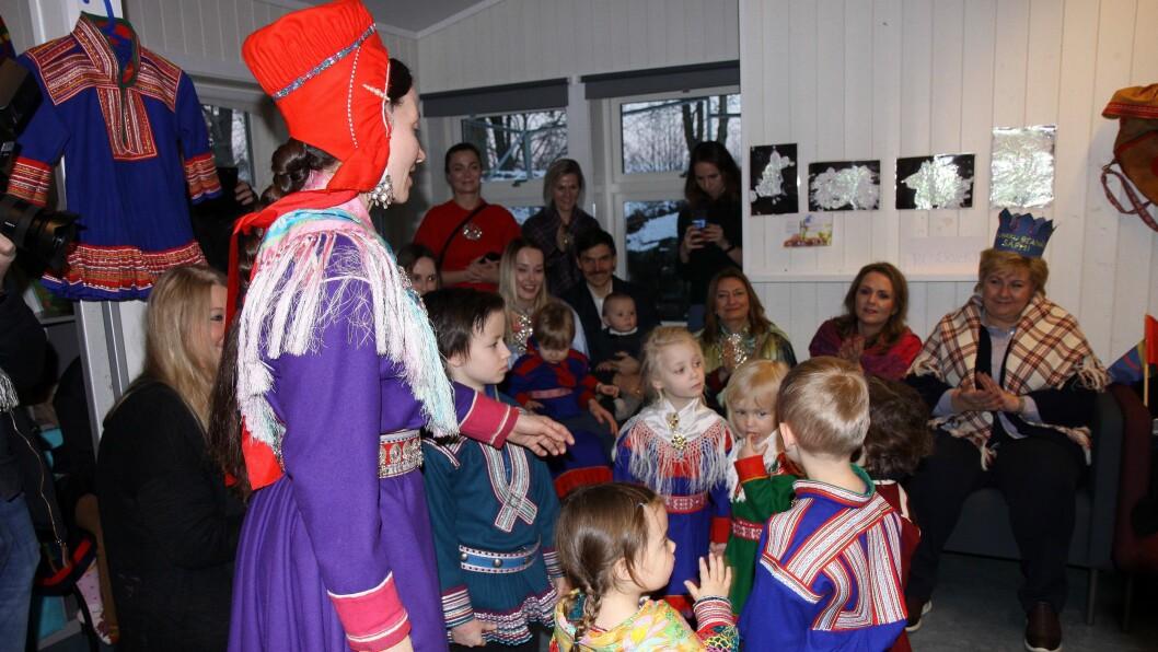 Barna og Ingá Márjá Sarre ved Det Samiske Nasjonalteateret Beaivváš joiker for gjestene.